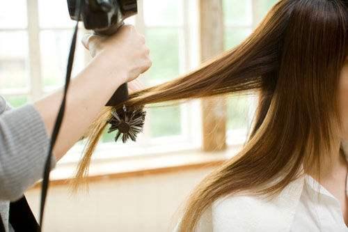 教你快速吹干头发而不伤发质